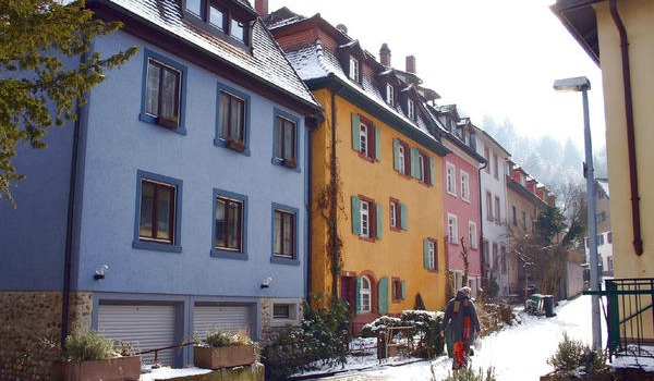 pastel-houses-with-snow